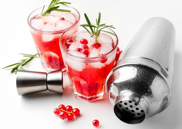 High angle cranberry wodka glas mit eis und shaker