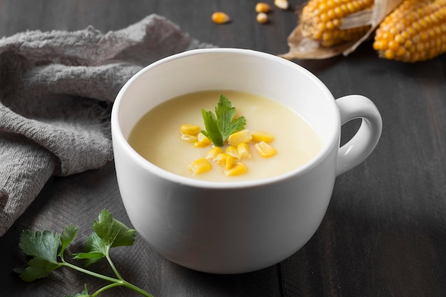 High angle cremesuppe flasche