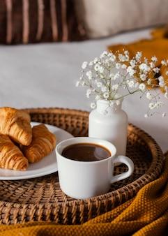 High angle croissants und kaffeetasse