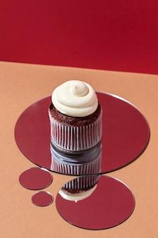High angle cupcake auf spiegel