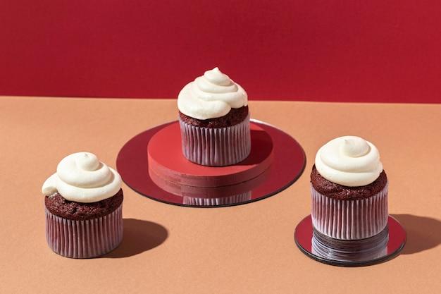 High angle cupcakes auf spiegeln