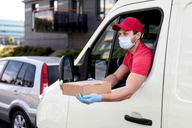 High angle delivery man mit maske