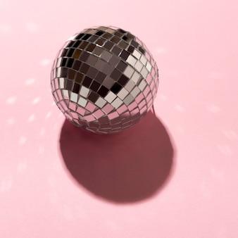High angle disco globus auf rosa hintergrund