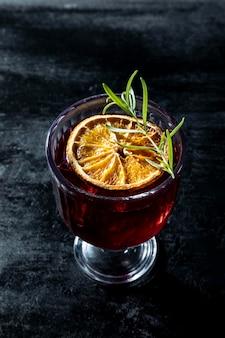 High angle drink mit zitrone
