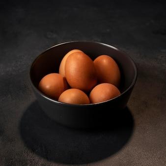 High angle eier in schüssel