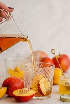 High angle eistee glas mit pfirsich