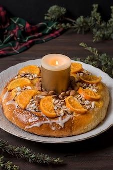 High angle epiphany day food mit geschnittenen orangen mit brennender kerze