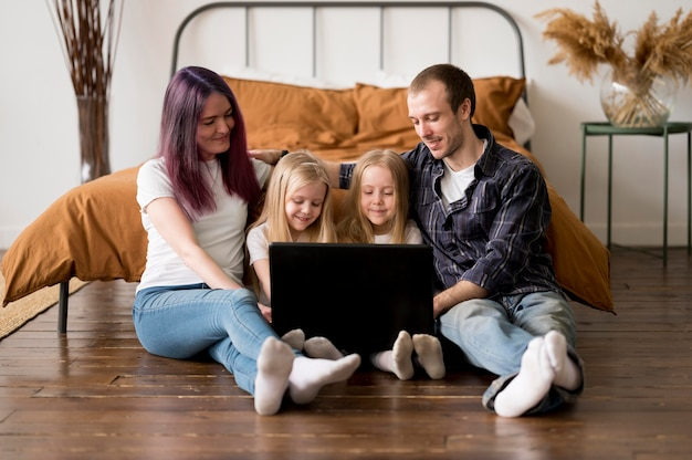 High angle familie mit blick auf laptop