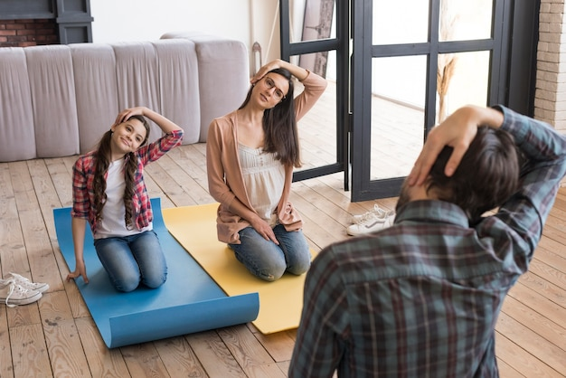 High angle family yoga sitzung zu hause