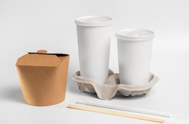 High-angle-fast-food-tassen, chinesische lebensmittelverpackungen und essstäbchen