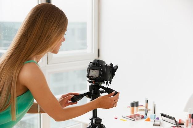 High angle female make-up-produkte filmen