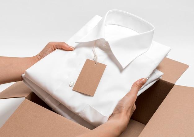 High angle folded shirt mit leerem karton-tag-sortiment