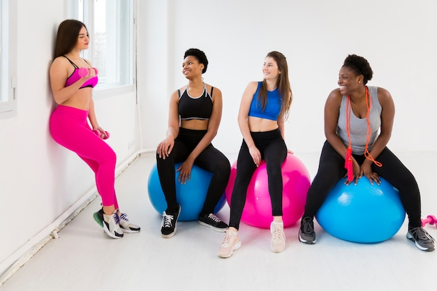 High angle frauen in fitness-klasse in der pause