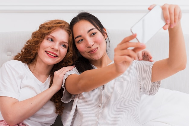High angle freundinnen unter selfie