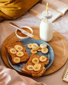 High angle frühstück mit bananenscheiben Premium Fotos