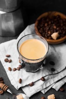 High angle glas mit kaffee