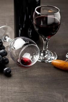 High angle glas mit rotwein