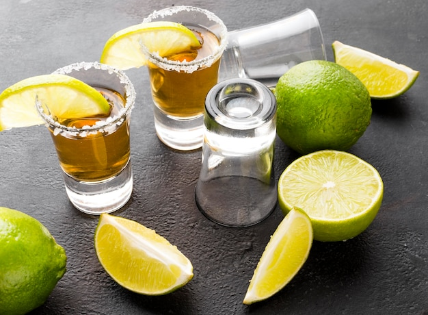 High angle gold tequila shots und limette