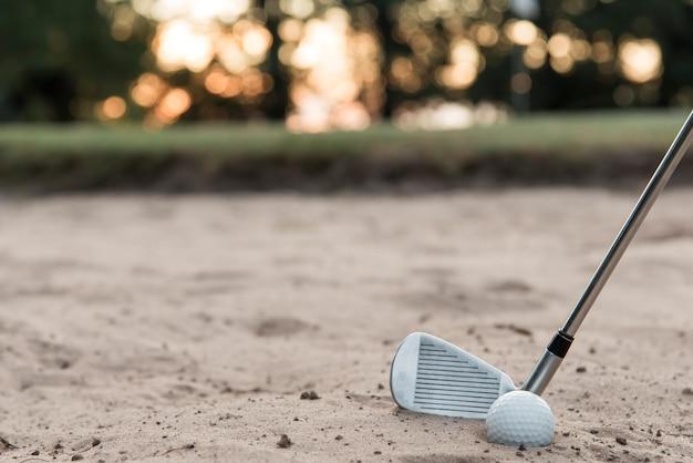 High angle golfschläger und ball