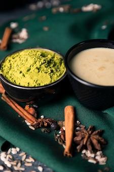 High angle green powder für asiatischen tee matcha