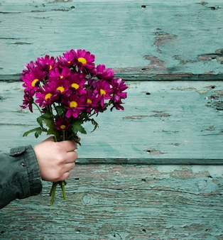 High angle hand mit frühlingsblumen