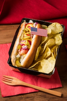 High angle hot dog mit chips