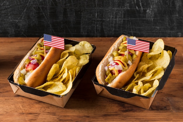 High angle hot dogs mit chips