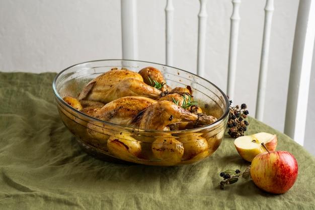 High angle hühnchen und kartoffeln gericht
