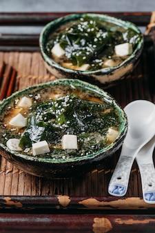 High angle japanisches essen im schüsselsortiment