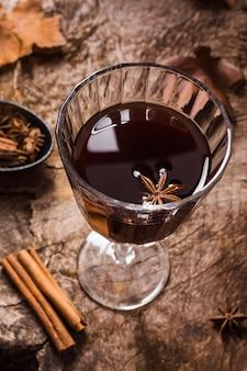 High angle kaffee in glas mit sternanis und zimt
