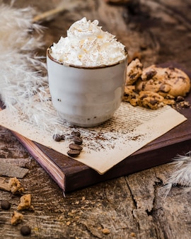 High angle kaffee mit milch und schlagsahne
