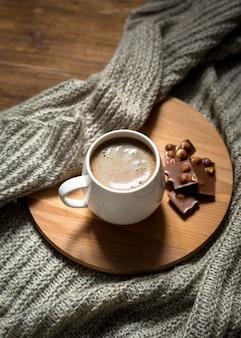 High angle kaffee- und schokoladensortiment auf holzbrett