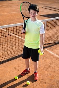High angle kid auf dem tennisplatz
