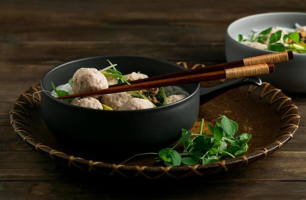 High angle köstliche bakso bowl zusammensetzung