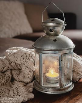 High angle lampe mit kerze und decke