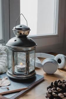 High angle lampe mit kerze und kopfhörer