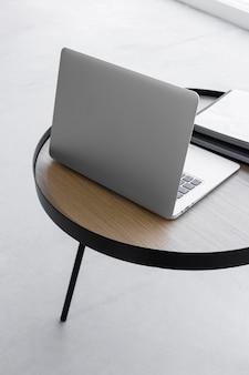 High angle laptop auf dem tisch
