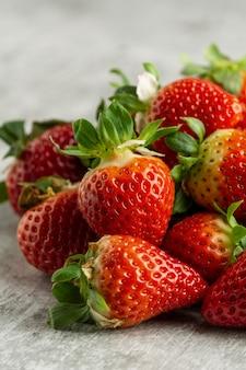 High angle leckere erdbeeren