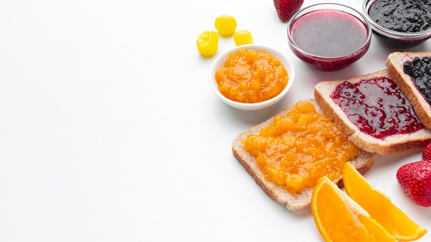High angle leckere marmelade auf brot