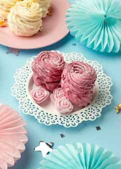 High angle leckere süßigkeiten arrangement