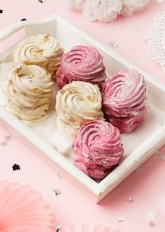 High angle leckere süßigkeiten auf tablett
