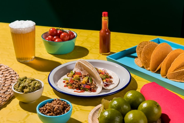 High angle leckere tacos auf teller