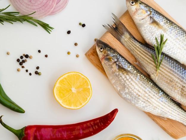 High angle makrelen mit gewürzen und gemüse