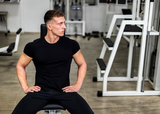 High angle male im fitnessstudio in der pause