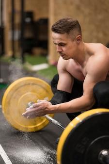 High angle man workout mit gewichtheben