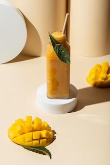 High angle mango saft in der flasche