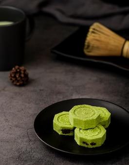 High angle matcha tee mit tannenzapfen und bambus schneebesen