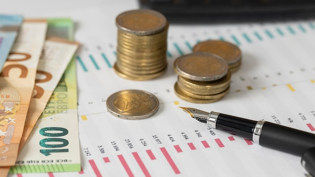 High angle münzen und banknoten anordnung
