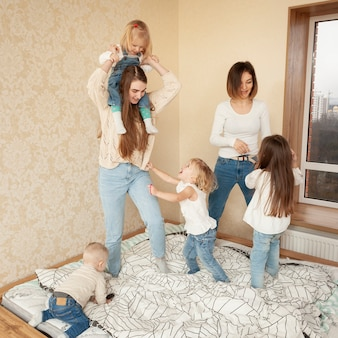 High angle mutter spielt mit kindern