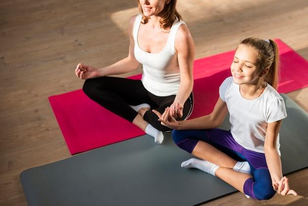 High angle mutter und tochter meditieren